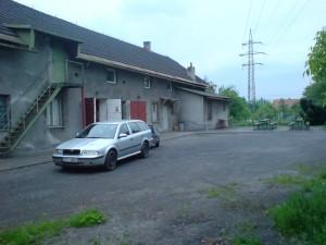 Zadní část budovy - parkování aut